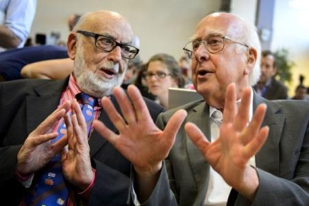 Le Physicien britannique Peter Higgs, à droite, en parlant avec son homologue belge François Englert lors d'une conférence de presse à l'Organisation européenne pour la recherche nucléaire
