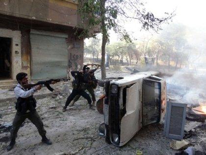 Les combattants rebelles ont ouvert le feu par derrière une voiture lors d'affrontements dans le nord de la ville syrienne d'Alep