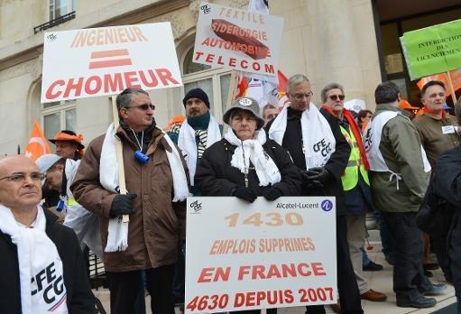 Les salariés d'Alcatel-Lucent manifestent devant le siège parisien de la société le 6 Décembre 2012