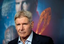 """L'acteur américain Harrison Ford pose pendant la première pour le film """"Game Ender"""" à Berlin le 6 Octobre"""