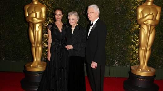 Jolie, Angela Lansbury, et Steve Martin sur le tapis rouge
