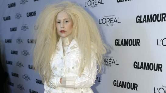 Lady Gaga arrive à l'événement avec un étrange style de cheveux crépus