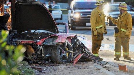 La Porsche rouge a percuté un lampadaire au nord de Los Angeles