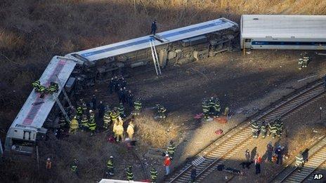 Des dizaines de pompiers sont arrivés sur les lieux pour libérer les passagers pris au piège