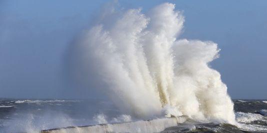 les vagues attaquant le littoral atlantique sont monstrueusement hautes