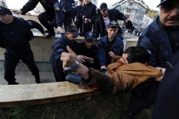 Arrestations de plusieurs personnes par la police algérienne