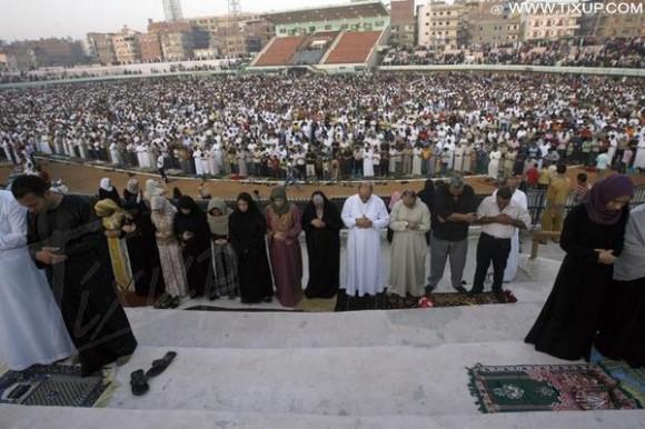 Des milliers d'égyptiens font la prière dans le stade de Mansura - Égypte