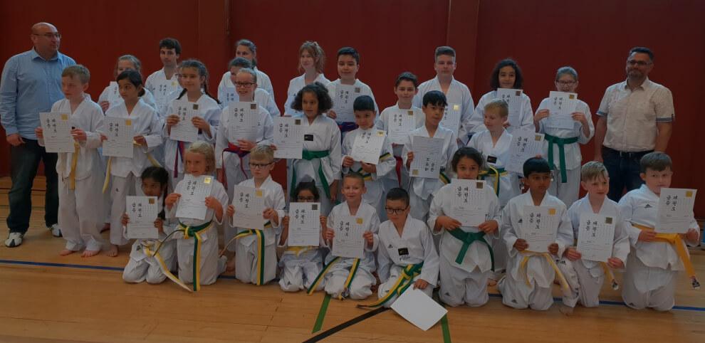 Schweißtreibende Taekwondo Gürtelprüfung – drinnen Schwitzen, draußen Grillen