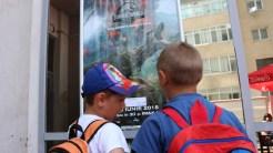 Copiii din Vișina, la intrare în cinematograful din Tulcea. FOTO Adrian Boioglu