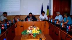 Primarul din Isaccea, Anastase Moraru, prezentând proiectul de reabilitare a sălii de sport și a bibliotecii din localitate.