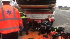 Șofer de TIR ucrainean, salvat de pompieri după ce a rămas captiv sub autotren. FOTO ISU Tulcea