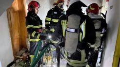 Incendiu, urmat de o explozie, într-un bloc de locuințe din Tulcea. FOTO ISU Tulcea