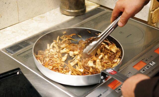 【超強力な油で汚してみた】キッチンタイルの大掃除 | 重曹は効くのか?