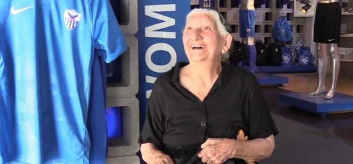 Η 94χρονη γιαγιά Σταυρούλα δείχνει τι σημαίνει αγάπη για μια ομάδα (vid)   to10.gr