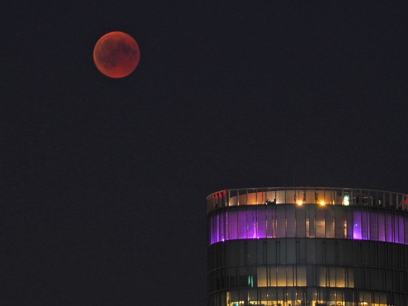 Blutmond am LVR-Tower