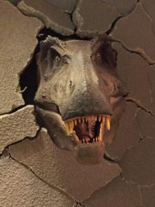 Tyrannosaurus bricht durch eine Wand