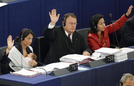 Licia Ronzulli, la deputata del parlamento europeo, con la figlia in fascia