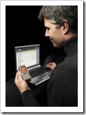 Hombre atento al movil celular y la pantalla