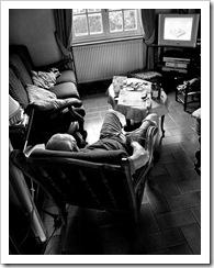 Hombre tirado en el sofá viendo la tele sin hacer nada...