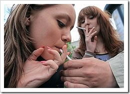 Mujeres fumando.