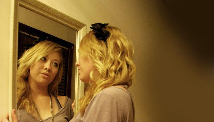 Resultado de imagen para mirandose al espejo feliz