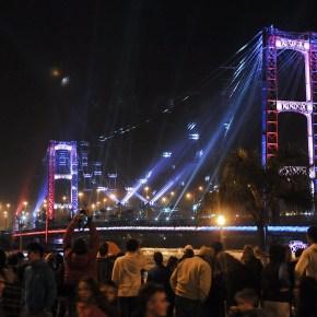 REVOLUCIÓN DE MAYO | El Puente Colgante iluminó la noche patria