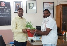 Jaswant Pawar, convenor of Yuva Agaz, welcomed Dr. OP Rawat by giving him a sapling when he became the principal.