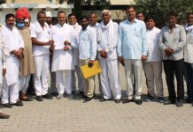 Panch sarpanches of 26 villages handed over memorandum to BJP leader Sohanpal Chhokar against Municipal Corporation
