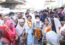 Mahila Congress District President Sunita Fagna welcomed State President Kumari Selja on arrival in Faridabad