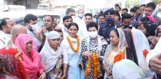 Mahila Congress District President Sunita Fagna welcomed State President Kumari Selja on arrival in Faridabad