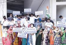 Protest was held by Mahila Congress in protest against the rate of petrol and diesel