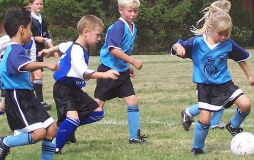 Chicos jugando al fútbol