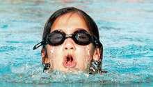 Chico nadando