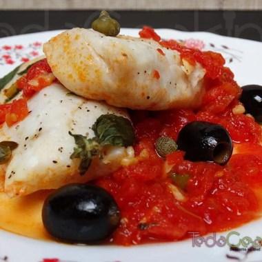 Merluza con tomates y aceitunas negras