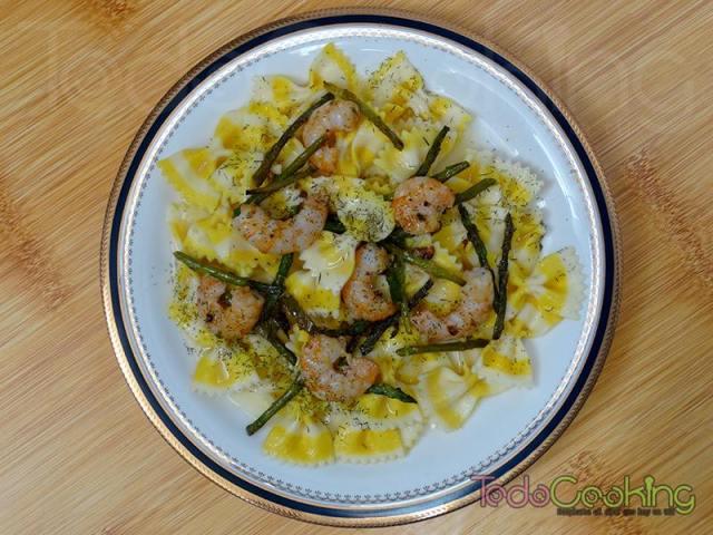 Farfalle al limón con langostinos y espárragos verdes