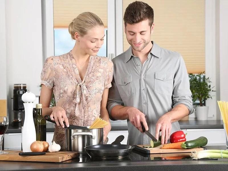 pareja cocinando