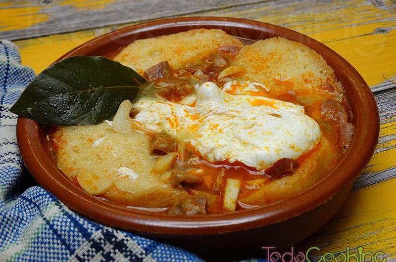 Sopa castellana o sopa de ajo. Receta tradicional.