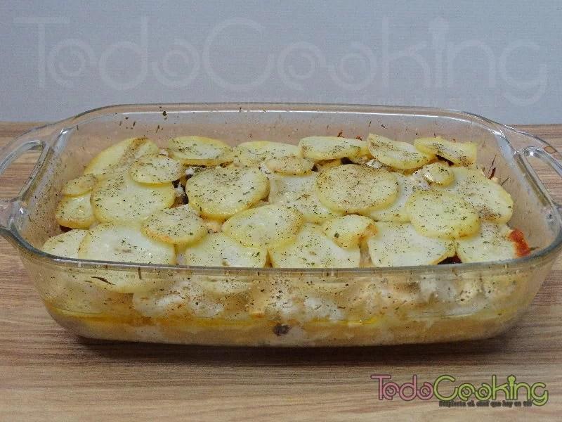 Pastel de bacalao con patatas manzana y pasas en el horno 01