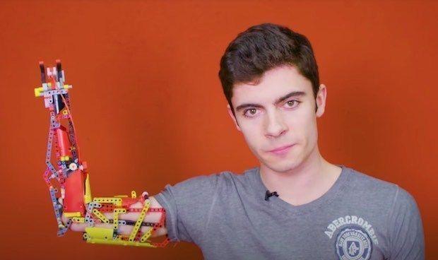 Un joven sin brazo se construye una prótesis con piezas de lego