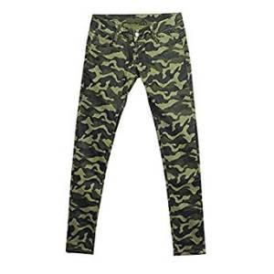 pantalón con estampado militar
