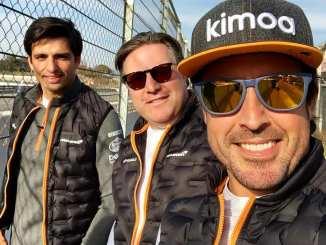 Fernando Alonso, junto a Zak Brown y Carlos Sainz