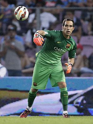Claudio Bravo seguirá defendiendo el arco del Barcelona.