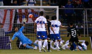 Con gol de Baeza Colo Colo se adelantó ante la UC.