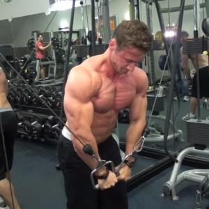 Hombre haciendo pecho con poleas en gimnasio