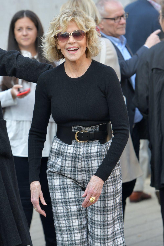 Jane Fonda con un corte shag rizado con flequillo a sus 83 a