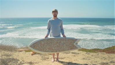 Tabla de Surf hecha con 10.000 colillas: Reciclaje y Ecología en las olas