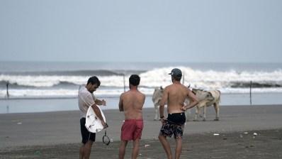 Kepa Acero, Aritz Aranburu y Natxo Gonzalez en la India: Surf, Caos y Aprendizaje