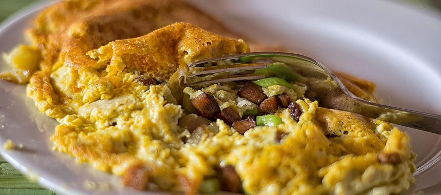 Veganes Omelett mit Bratkartoffeln und Räuchertofu