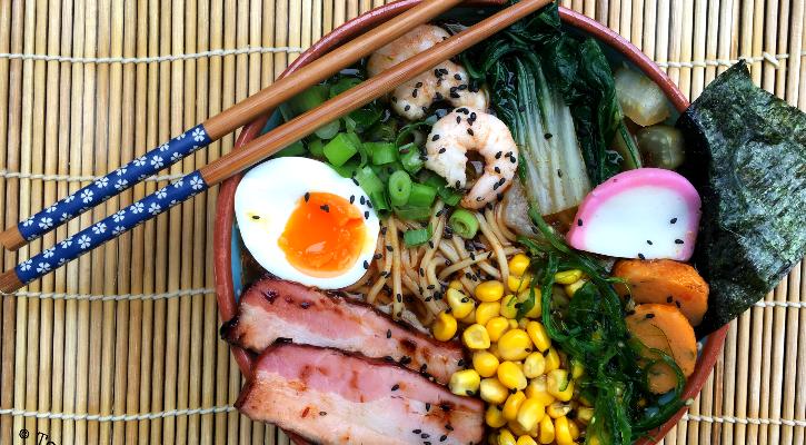 Japanse ramen soep met fishcake