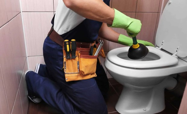 How-To-Plunge-A-Clogged-Toilet
